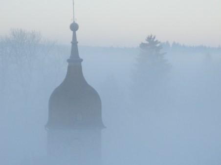 Le clocher sort de la brume