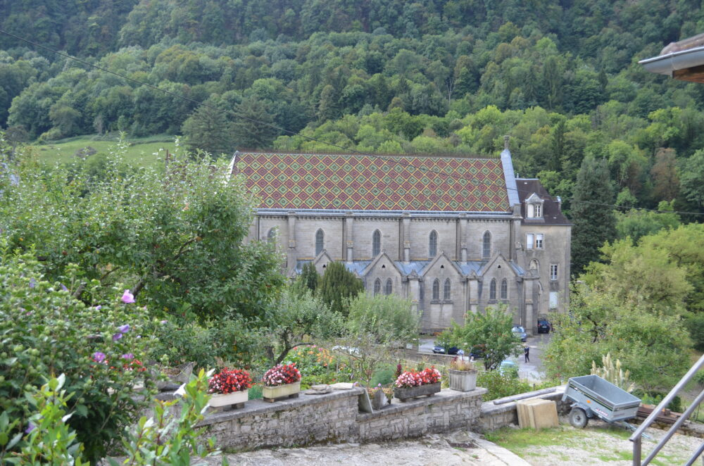 La chapelle et son toit en tuiles vernissées