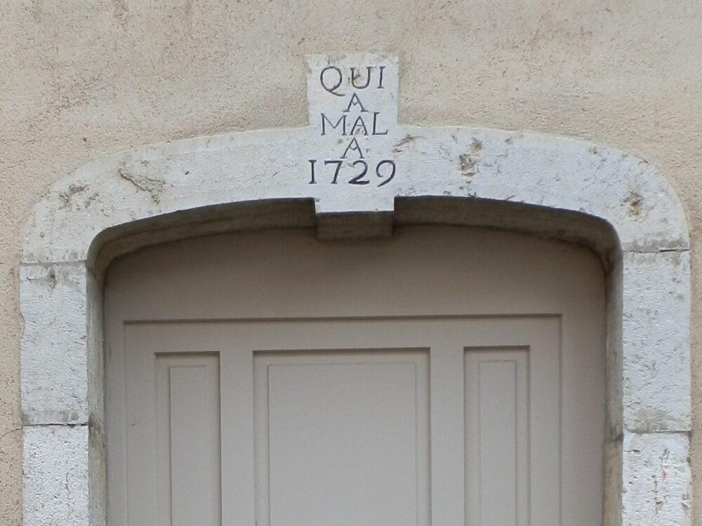 Linteau de la porte de l'ancien presbytère