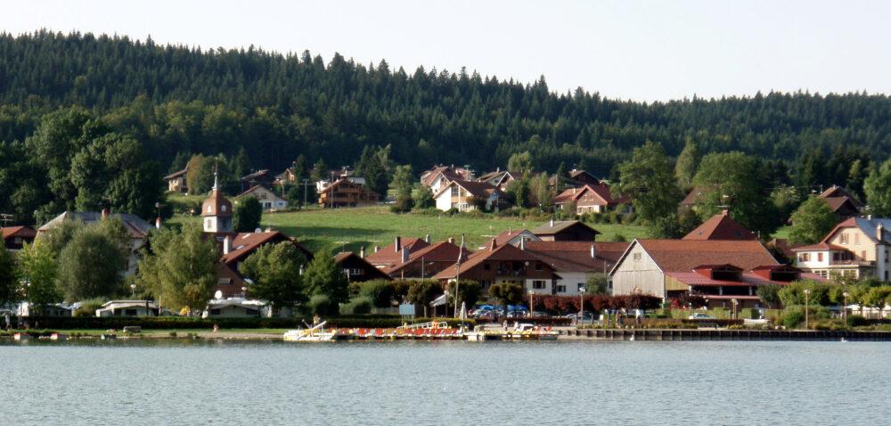 Le village, au bord du lac